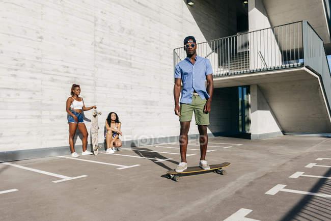 Sportler mit Skateboards auf der Straße — Stockfoto