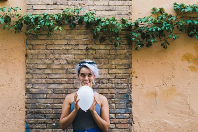 Affascinante donna in posa con palloncino — Foto stock