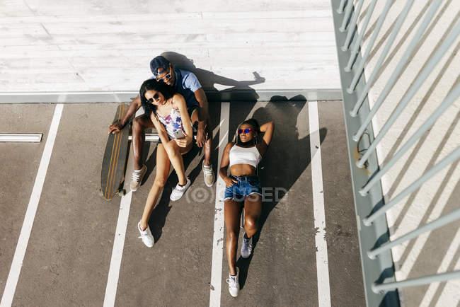 Сверху стреляли скейтбордисты — стоковое фото