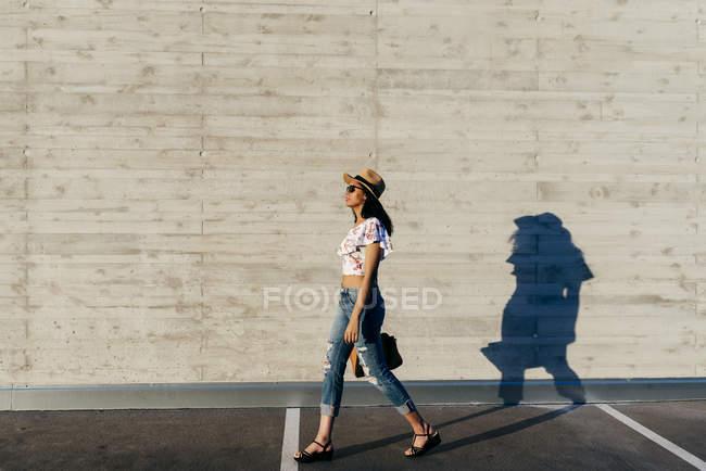 Pretty woman in sunglasses on street — Stock Photo