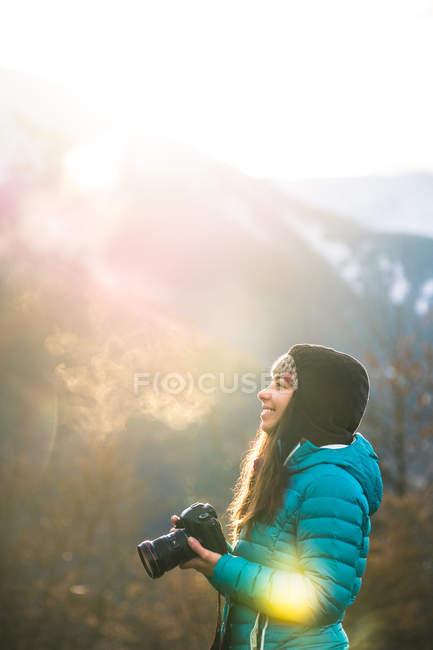 Mädchen beim Fotografieren von Bergen — Stockfoto