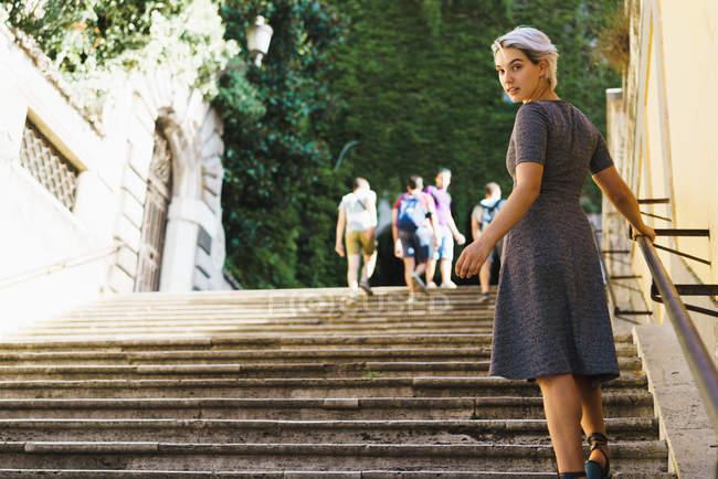 Bella donna in posa sulle scale — Foto stock