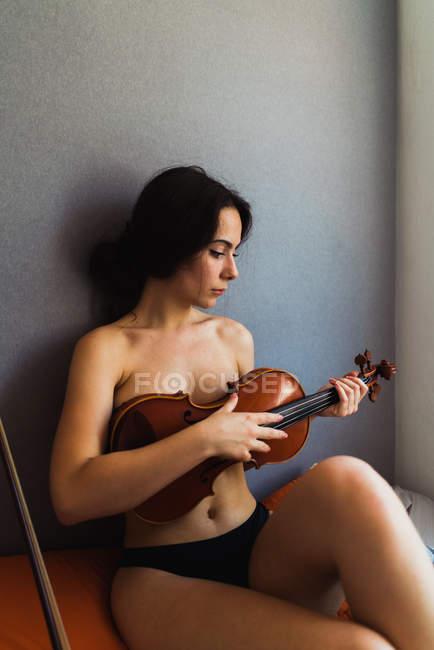 Nackte Frau posiert mit Geige — Stockfoto