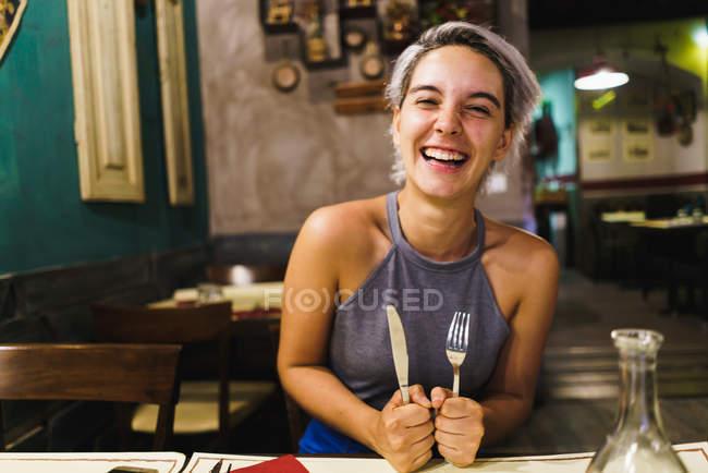 Яростный девушка позирует с серебро — стоковое фото