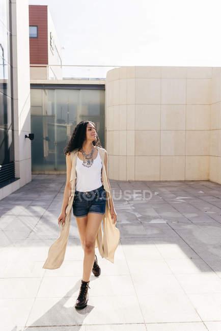 Donna abbastanza sicura di sé sulla strada — Foto stock