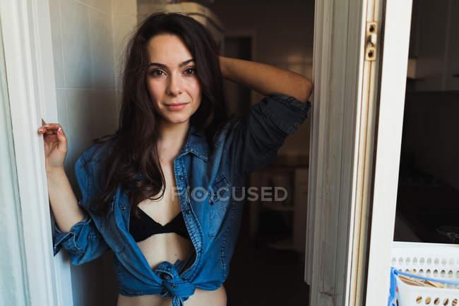 Frau in Dessous und posiert shirt — Stockfoto