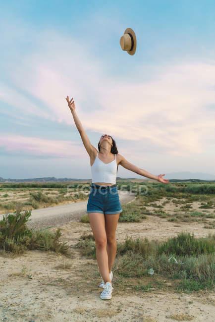Frau wirft Hut in der Natur — Stockfoto