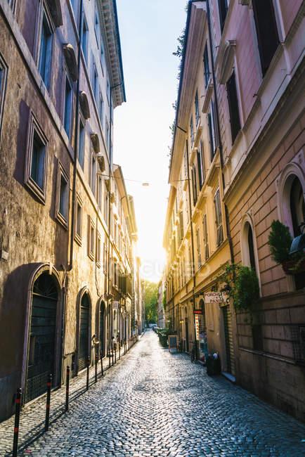 Узкая улица в ярком солнечном свете — стоковое фото