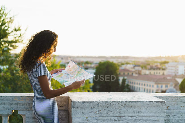 Читання карту на вулиці дівчину — стокове фото