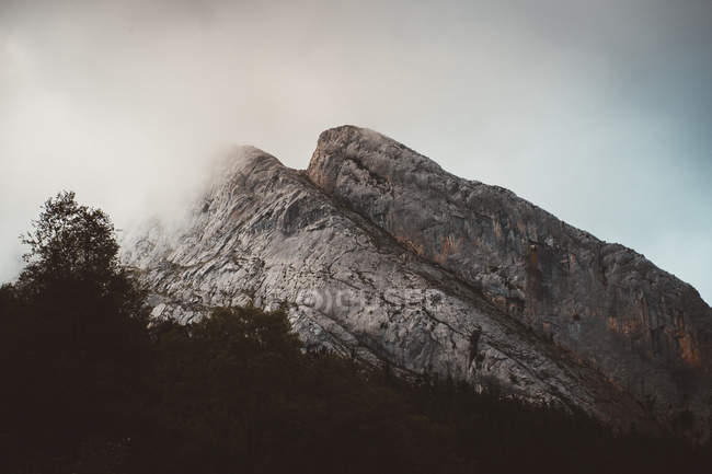 Felsiger Berg in Wolken — Stockfoto