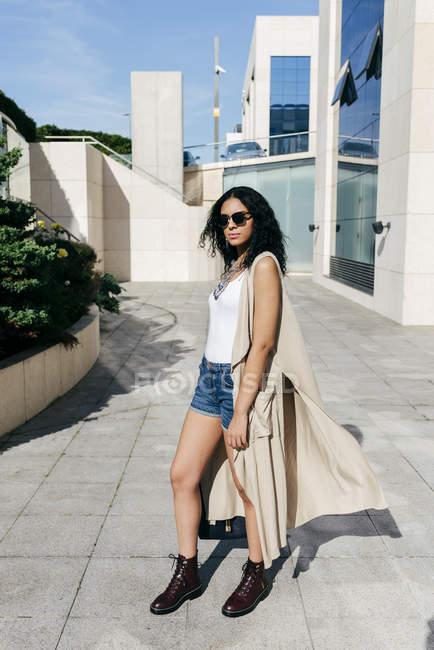 Приваблива жінка на вулиці — стокове фото