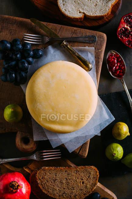 Сыр с некоторыми фруктов и хлеба — стоковое фото