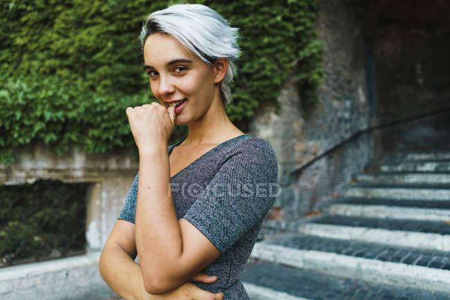 Jolie femme posant sur les escaliers — Photo de stock