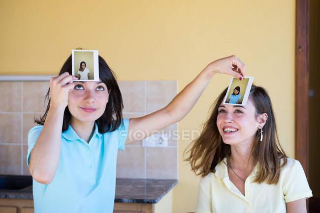 Девочки игры с фотографиями — стоковое фото
