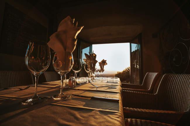 Acompanha cálice com guardanapos de mesa — Fotografia de Stock