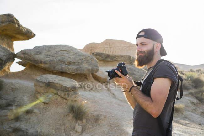 Людина з камери в rocks — стокове фото