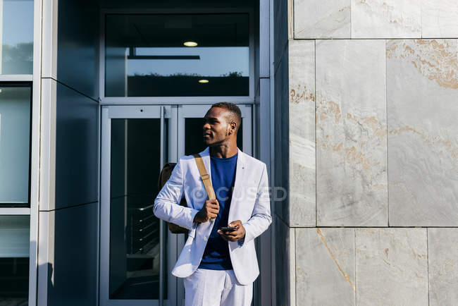 Stilvollen Mann mit Handy in der Innenstadt von Inhalt — Stockfoto