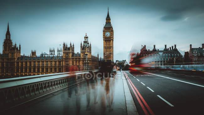 Famosa torre dell'orologio in città — Foto stock