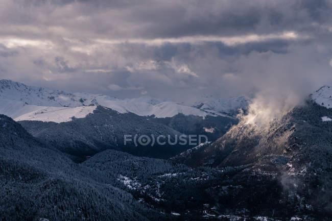Засніжених гір Туманний з лісу — стокове фото