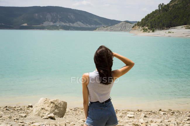 Mulher posando na pedra — Fotografia de Stock