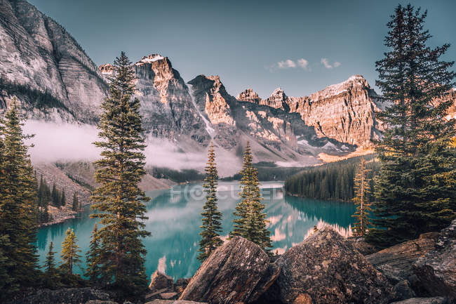 Lago glacial en montañas nevadas - foto de stock