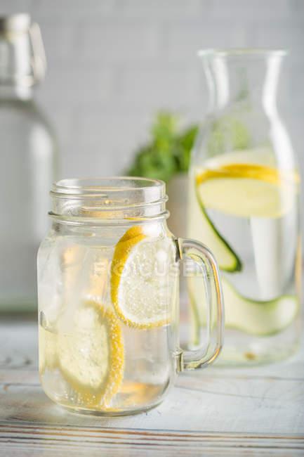 Bebida de verano con limón y menta - foto de stock
