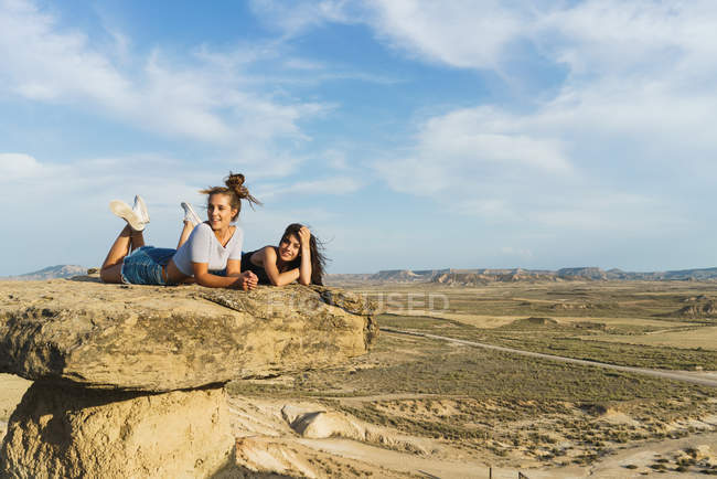 Схвильований жінок, лежачи на скелі — стокове фото