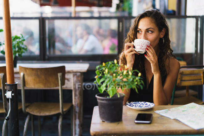 Woman relaxing in cafe while traveling — Stock Photo