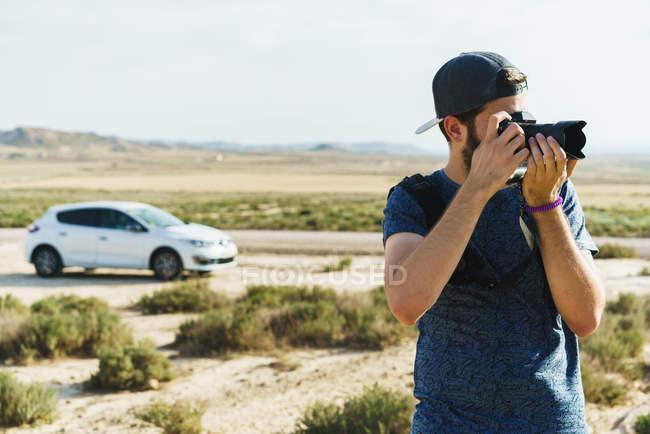 Фотограф делает снимок природы — стоковое фото