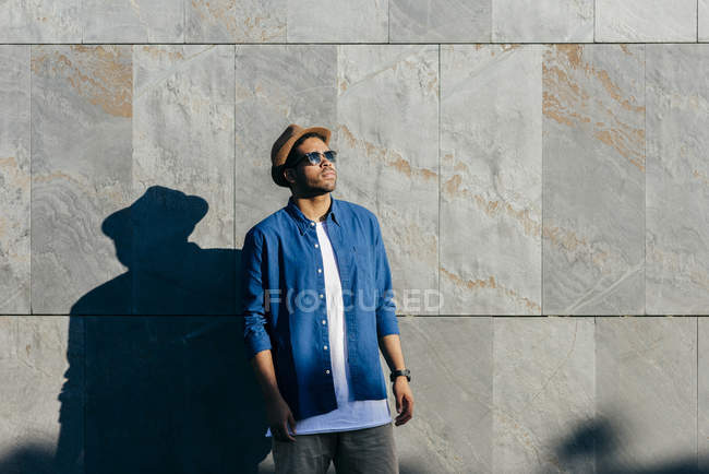 Homem com chapéu posando na parede — Fotografia de Stock