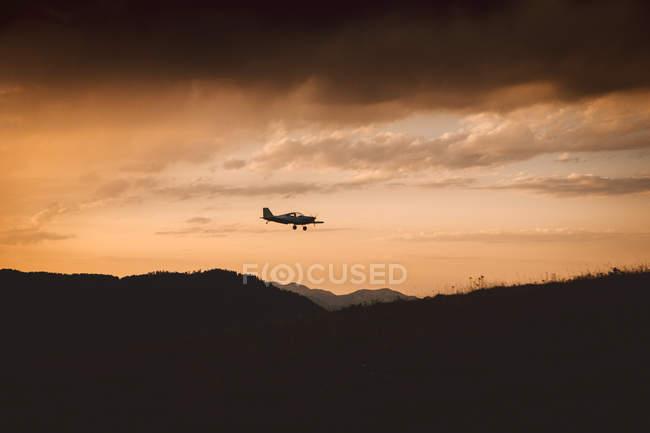 Kleines Flugzeug fliegen im Sonnenuntergang — Stockfoto