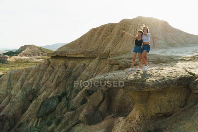 Mujeres Entusiasmadas en acantilado - foto de stock