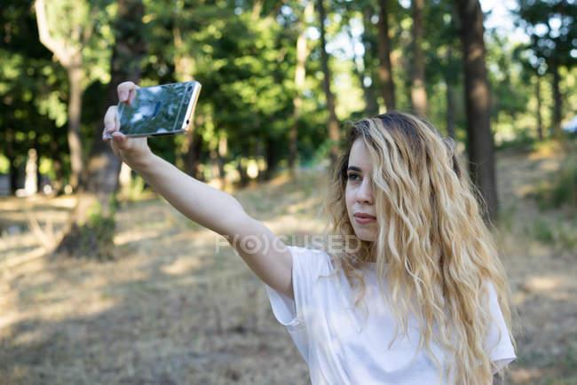 Mädchen nehmen Selfie auf Landschaft — Stockfoto