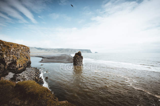 Coastline of ocean with rocks — Stock Photo
