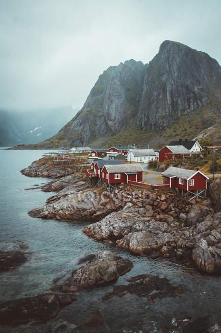 Villaggio sulle rocce dell'isola — Foto stock