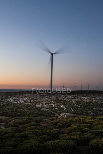 Ветряная мельница на закате неба — стоковое фото