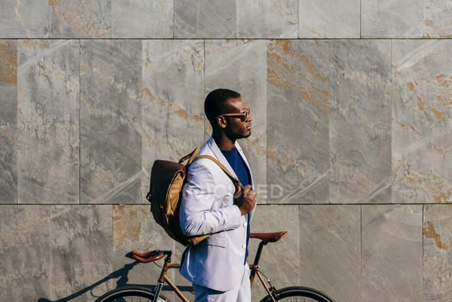 Uomo di tendenza con bicicletta in strada — Foto stock