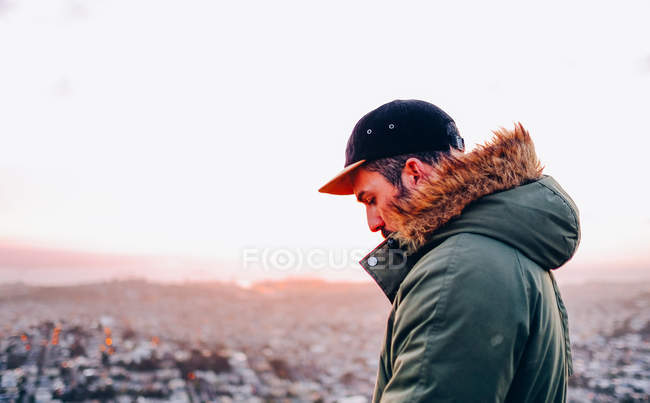 Людина в шар над фоном міський пейзаж — стокове фото
