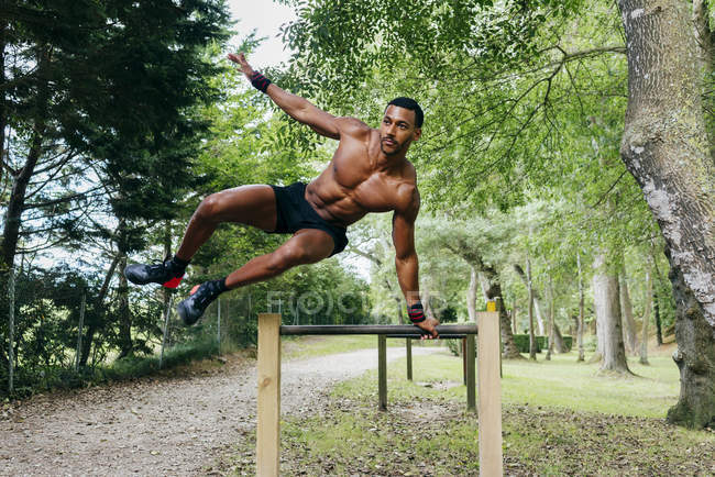 Man exercising in park — Stock Photo