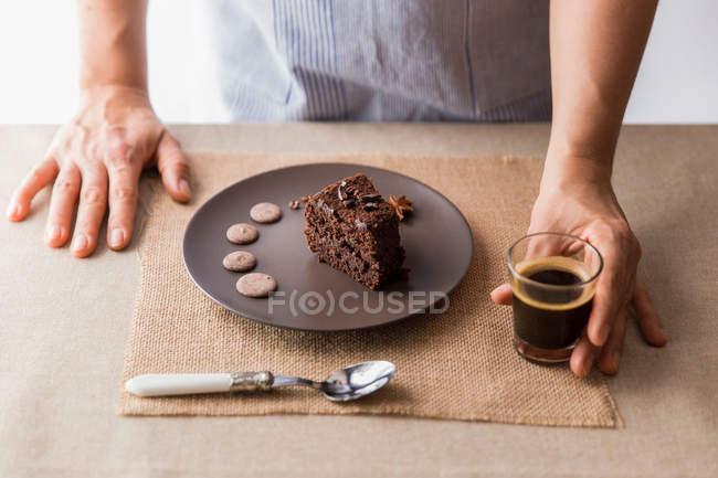 Cocinar servir pastel y café - foto de stock
