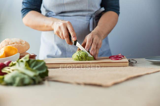 Cozinhar picar abacate — Fotografia de Stock