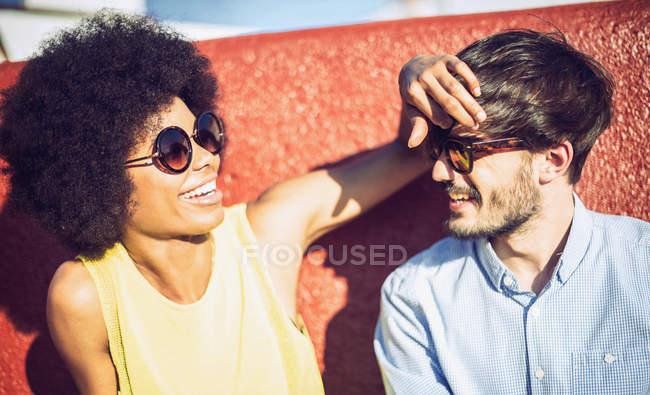 Портрет веселий міжрасові пари в сонцезахисні окуляри — стокове фото