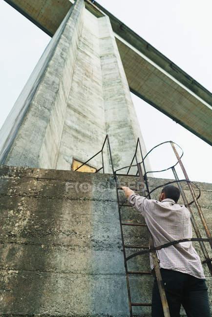 Hombre subiendo escaleras de torre - foto de stock