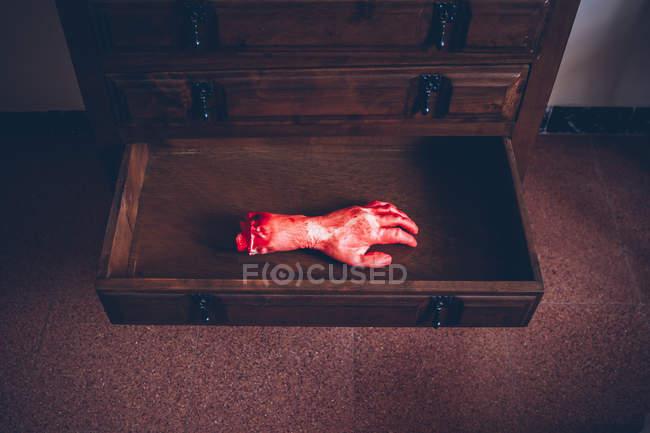 Desde arriba la vista de corte sangrienta mano en cajón de madera - foto de stock