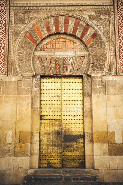 Vista exterior de la Catedral y antigua puerta de entrada de la gran mezquita de Córdoba - foto de stock