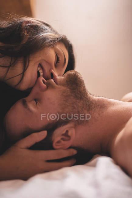 Portrait de femme embrassant petit ami endormi — Photo de stock