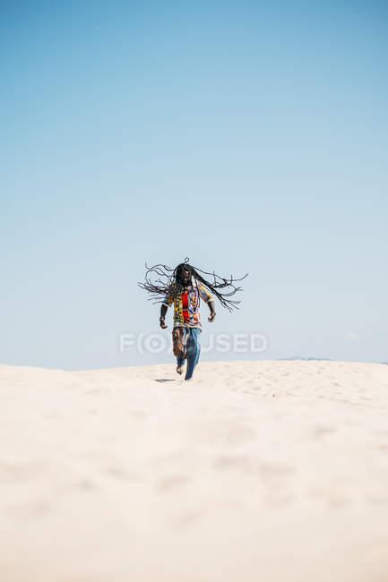 Hombre caminando en el desierto - foto de stock
