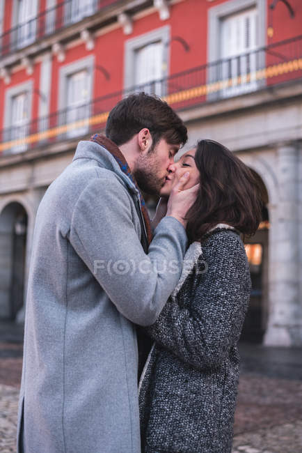 Romantic lovers kissing in street. - foto de stock