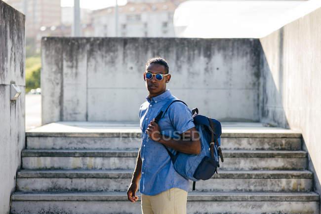Человек позирует с рюкзаком — стоковое фото