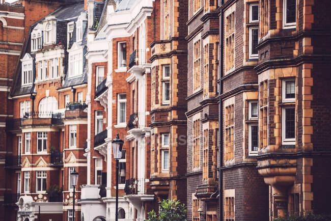 Fachadas de ladrillo de los edificios - foto de stock